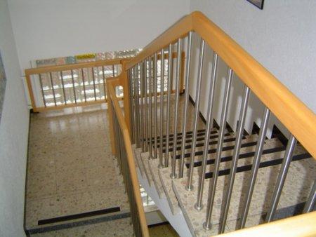 Holz-Handlauf auf Edelstahl-Stäben  Treppen  Galerie